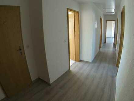 Neu sanierte helle schön geschnittene Dachgeschoss Wohnung