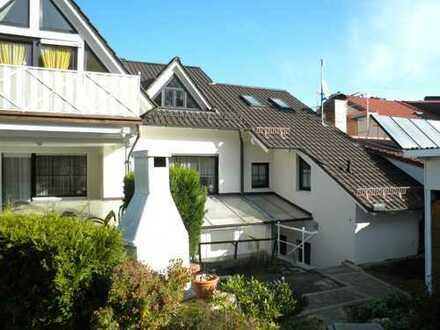 2-Etagen-Wohnung mit 2,5 Zimmer und großen Balkon, Garten und Pool