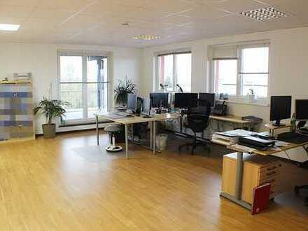 ***Große moderne Bürofläche mit PKW-Stellplätzen in Nidderau***