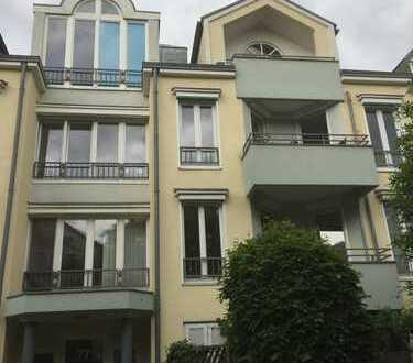 Villenviertel. Exklusive 2-Zimmer-Wohnung mit Balkon und EBK in Bonn. Ehemalige Diplomatienviertel