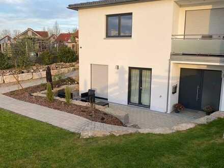 Neuwertige 2,5-Zimmer-Wohnung mit Terrasse und EBK in traumhafter Lage