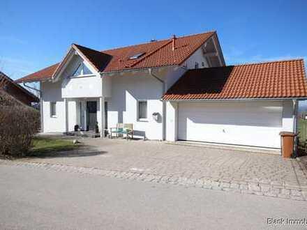 Für die Familie mit Eltern! Einfamilienhaus mit Einliegerwohnung und Doppelgarage in Haldenwang
