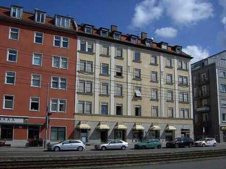 zentral in München: Altbauwohnung in denkmalgeschütztem Haus