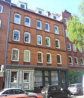 Gepflegte Hochparterre-Wohnung mit drei Zimmern sowie Balkon und Einbauküche in Kiel