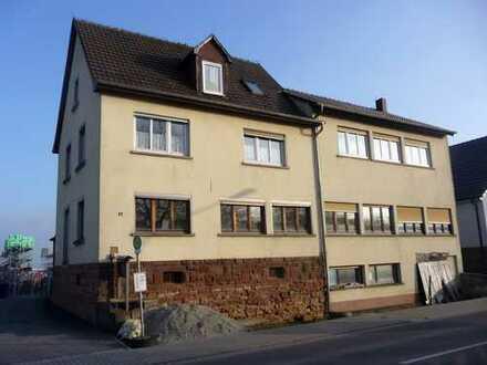 Wohnhaus mit 3 Wohnungen und angeschlossenem Gewerbegebäude in 74731 Walldürn