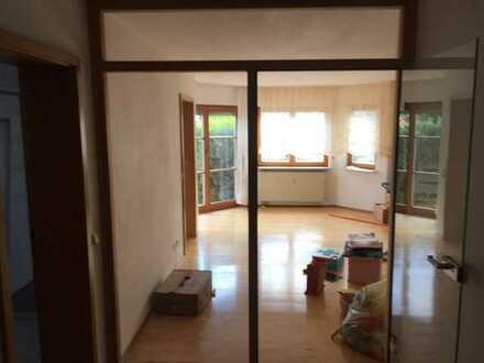 Gepflegte 5-Raum-Hochparterre-Wohnung mit Balkon und Einbauküche in Ammerbuch