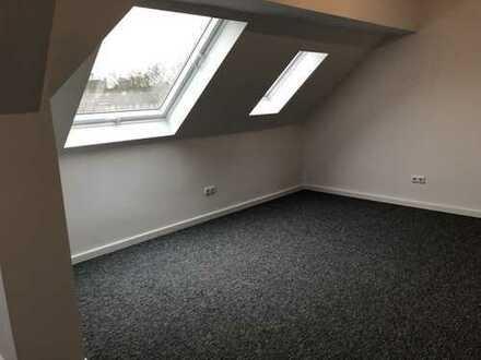Erstbezug nach Sanierung: freundliche 2,5-Zimmer-Dachgeschosswohnung mit Einbauküche in Essen