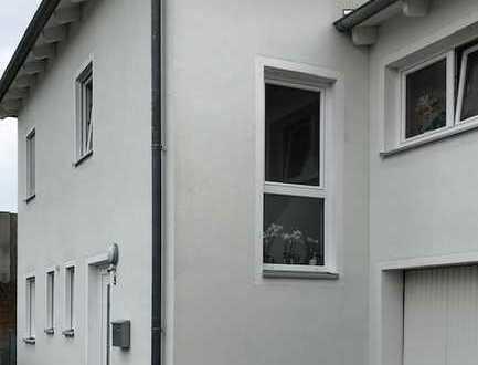 Neuwertiges Reihenendhaus mit fünf Zimmern und EBK in Barbing