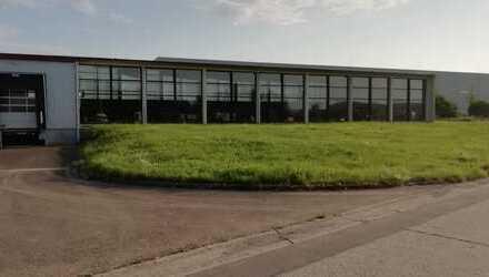 Helle Produktions- und Lagerfläche mit Büro
