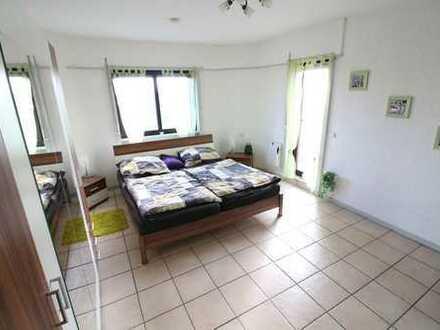 Gepflegte 2,5-Zimmer-DG-Wohnung mit Balkon und Einbauküche in Ludwigshafen
