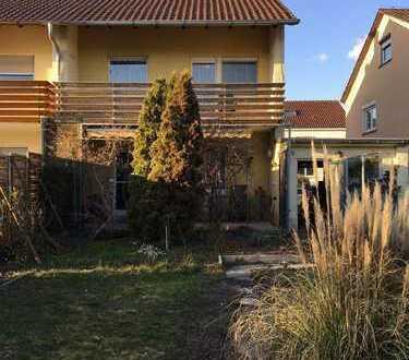 In guter, ruhiger Wohnlage: Doppelhaushälfte mit Terrasse, Balkon, Garage und schönem Garten