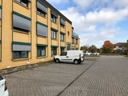 Modernes Bürogebäude und große Lagerhalle mit Büroanteil