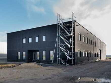 Nachhaltig. Gewerbeneubau aus Massivholz.  Modernste Büroräume, hochwertige Halle u. neueste Techn