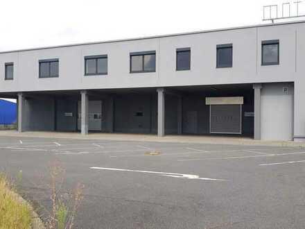 Große Lager,- Produktions,- oder Verkaufshalle mit Büro und Sozialräumen