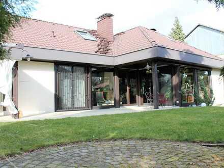 Gepflegtes freistehendes Einfamilienhaus mit großem Garten und 2 Garagen