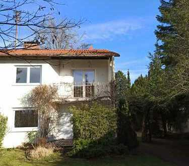 Schönes, renoviertes Haus mit fünf Zimmern und idyllischen Garten in München, Trudering