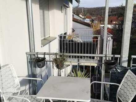 Schöne 2 Zi -Wohnung mit großem Balkon und Einbauküche