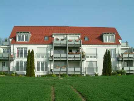 Baujahr 2000: Direkt am Landschaftsschutzgebiet - Sonnige Terrassenwohnung mit KFZ-Stellplatz
