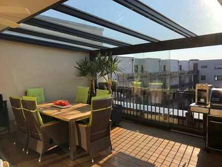 coloneo: Exklusive Penthouse-Wohnung mit 30qm Wintergarten, hochwertiger EBK u. 2 TG-Stellplätzen