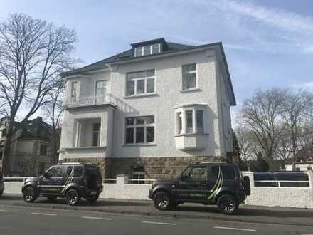 Moderne Dachgeschosswohnung mit Einbauküche und Balkon am Stadtpark!