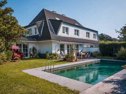 Einseitig angebautes Einfamilienhaus mit Naturpool, Doppelgarage und ausgebautem Souterrain