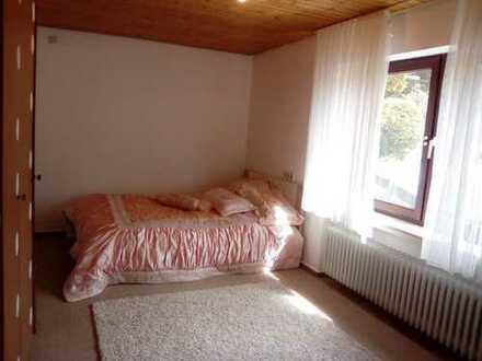 Ein schönes, helles möbliertes Zimmer