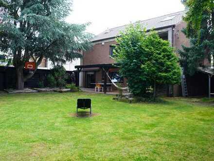 Ein-/Zwei Generationenhaus mit großem Garten, 2 Garagen und Außenstellplätzen (Erbpacht)
