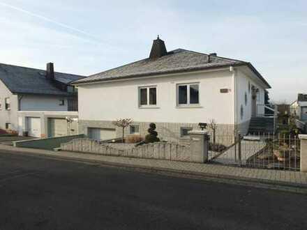 Sehr gepflegtes Einfamilienhaus mit 2 Garagen und Garten in ruhiger Top-Lage in Limburg-Ahlbach