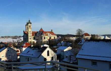 Schöne 2-Zimmer-DG-Wohnung mit Balkon, Galerie, EBK und Blick auf die Basilika in Ottobeuren