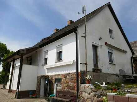 Bauernhaus mit Scheune im ruhigen Dorfkern