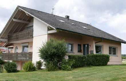 Sehr gut gepflegtes Zweifamilienhaus  auf großem Grundstück in bester Ortsrandlage in Grömbach!