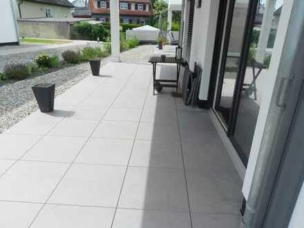 Sonnenhelle, freundliche 2 Zimmer Wohnung: Große Fenster fluten die Räume mit Licht!