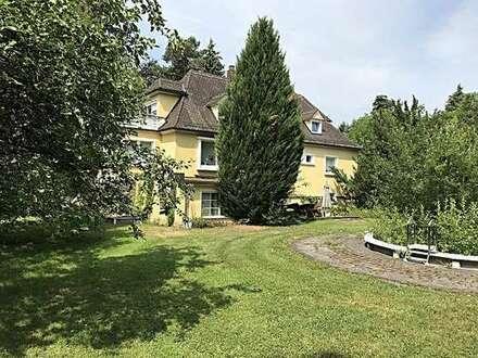 Einfamilienhaus mit parkähnlichem Garten und Nebengebäuden