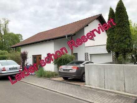 Hier wartet Ihr Traumhaus mit tollem Grundstück und Garage auf Sie !