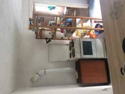 1 helles Zimmer zur Miete von 2 Zimmer WG,Die WG hat eine große Küche und ein Esszimmer und ein Bade