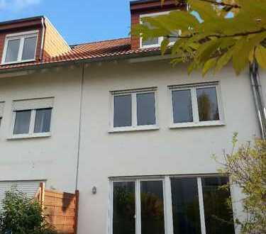 Modernes Reihenhaus mit fünf Zimmern, Terrasse, Garten und Garage in Mainz- Drais