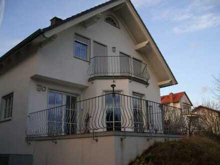 Freistehendes Einfamilienhaus mit kleinem Garten in Frankfurt-Seckbach