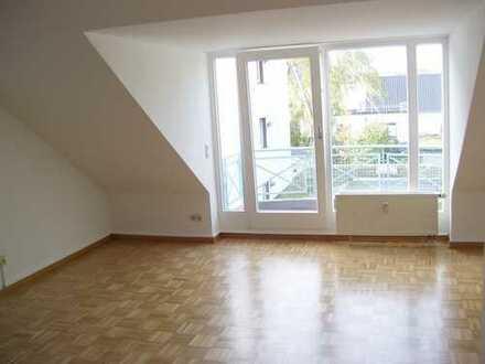 Tolle Kapitalanlage! Gut vermietete attraktive 2-Zimmer-Dachgeschoß-Wohnung mit Balkon und TG-Platz!