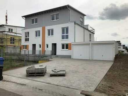 Erstbezug einer neu gebauten Doppelhaushälfte mit Garage und Garten