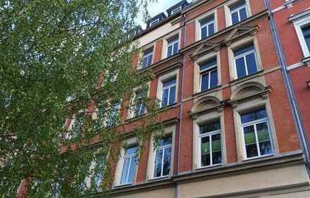 großzügige 4-Zi.-Wohnung, Balkon, Bad mit Wanne und Dusche, Aufzug, Hausgarten