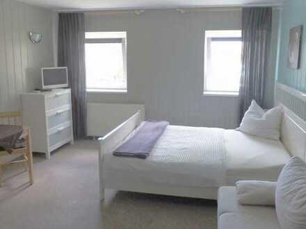RESERVIERT! Voll möbliertes Apartment mit eigenem Badezimmer und Miniküche in direkter Seenähe