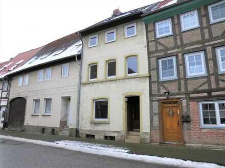 Zweiseitig angebautes Einfamilienhaus mit kleinem Innenhof