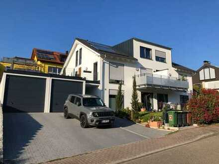 Wunderschöne 4-Zimmer-Maisonette-Wohnung mit Balkon und Einbauküche in Bühl mit Blick in Rheinebene
