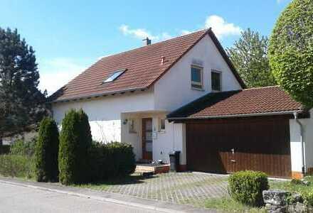 Schönes Haus mit sechs Zimmern, Doppelgarage und Garten in Ortsrandlage