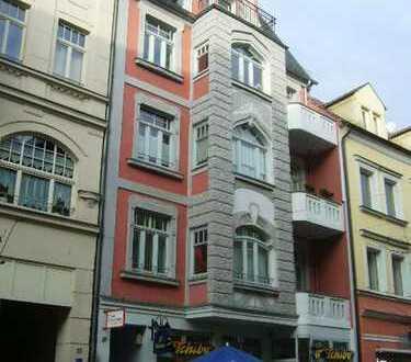 **4-Raum Wohnung mit 2 Balkonen und Lift im Zentrum!**