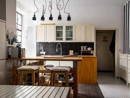 Möbliertes 21qm Zimmer in 300qm Loft sucht neuen Mitbewohner / Furnished 21sqm room in big Loft