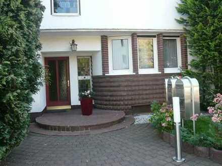 SINGLE-/max. 2 Personen-Wohnung, EBK,Sonnenbalkon, Nähe Hafen/Uni-Klinik/ 2-3 Z.Bad mit Fenster