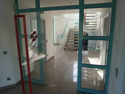 Büroräume mit Marmorboden