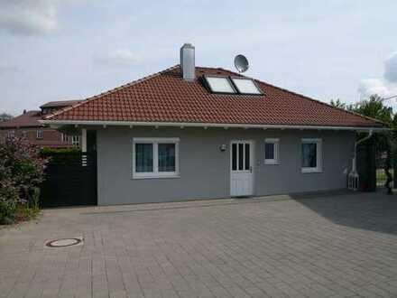 Einfamilienhaus mit sehr großer Garage / Gewerbehalle im Gewerbegebiet