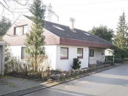 Freistehendes Einfamilienhaus mit Doppelgarage und großem Garten wartet auf neue Bewohner